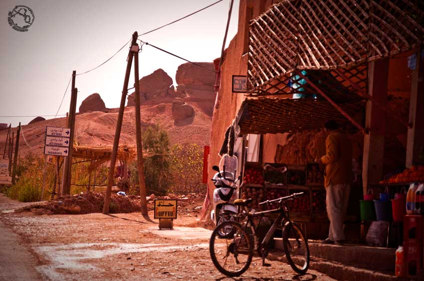 Tienda de carretera cerca de Boumalne Dades