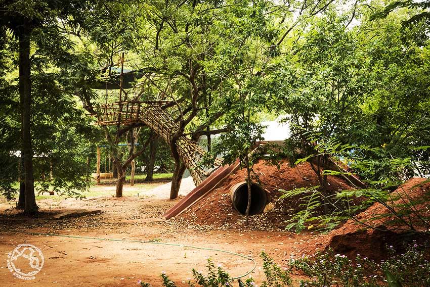 Patio de una escuela de Auroville
