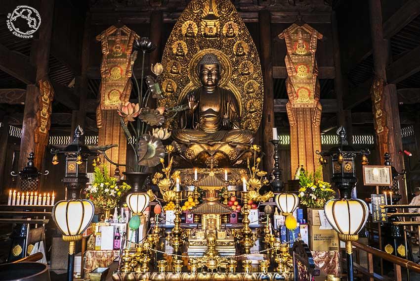 Imponente buda en el templo de Zentsu ji