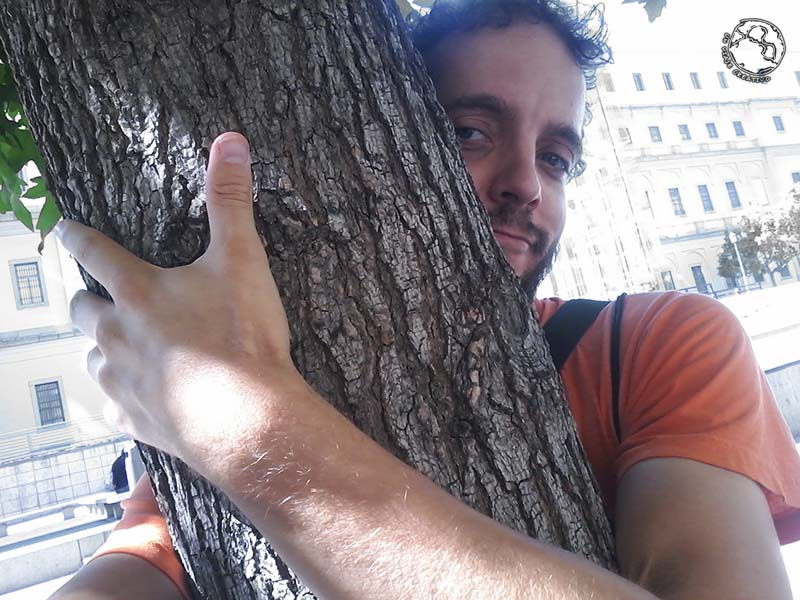 abraza a un árbol